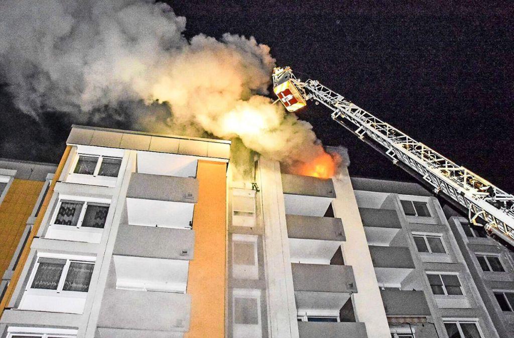 Mit einer Drehleiter gelangte die Feuerwehr zum fünften Stock. Foto: SDMG