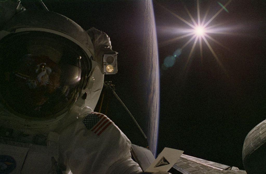 Die Sonne strahlt über den Erdhorizont – und ein Astronaut schaut zu. Aufnahme von der Internationalen Raumstation ISS. Foto: www.nasa.gov