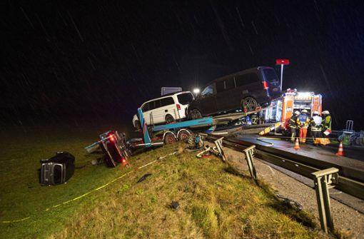 Daimler kollidiert mit Autotransporter – drei Menschen sterben