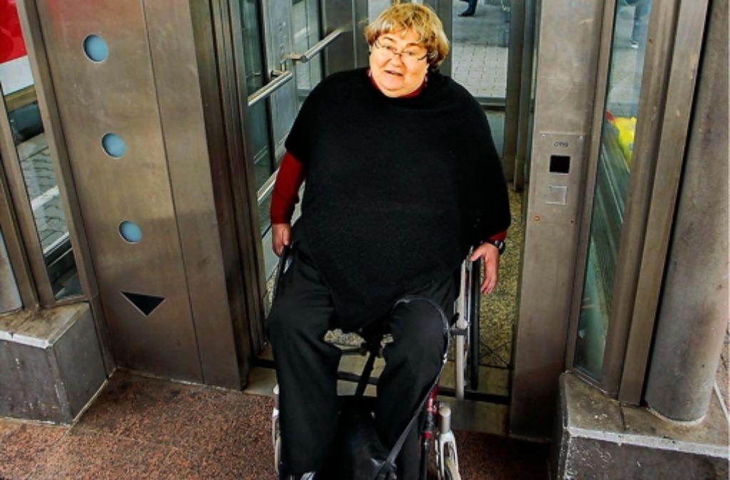Brigitte Seiferheld ist auf Aufzüge angewiesen. Doch der Lift am Ludwigsburger Bahnhof ist oft defekt. Jetzt hat die 63-Jährige eine Strafanzeige gestellt. Foto: factum/Weise