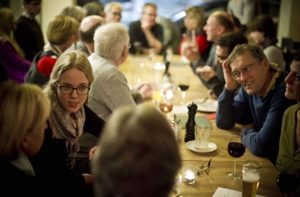 Diskutieren in ungezwungener Atmosphäre können Leser der StZ mit Redakteuren jetzt auch wieder im Stuttgarter Café Heller. Foto: Lichtgut/Max Kovalenko
