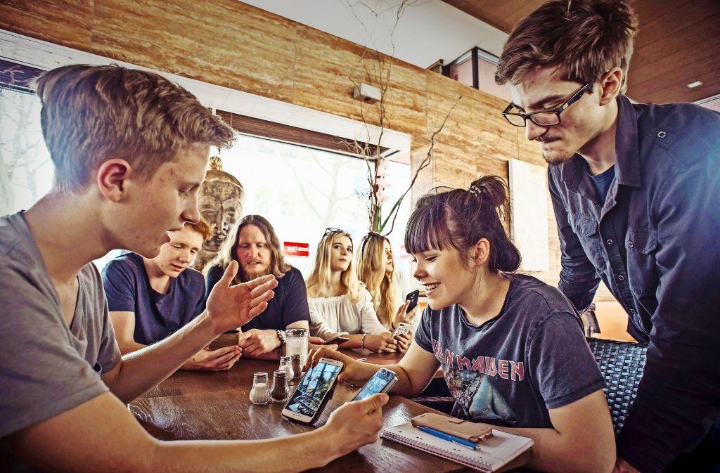 Ihre Lieblingsorte in Stuttgart haben die Schüler der Akademie für Kommunikation in Snapchat eingefangen. Dazu sind sie einen Tag lang in ihrer Stadt auf Tour – gerade ist Pause in der Kostbar, auch da sind alle Freunde live dabei. Foto: Lichtgut/Max Kovalenko