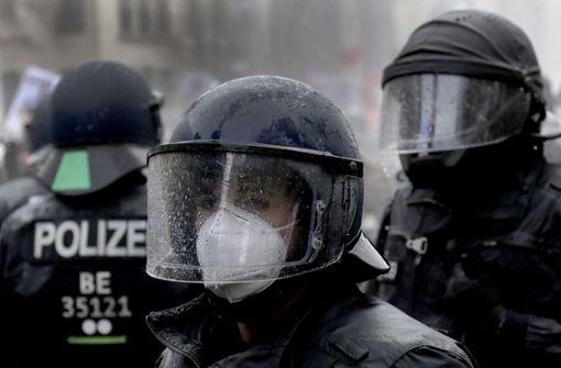 Demonstranten sollen Steine und Böller auf Polizei geworfen haben
