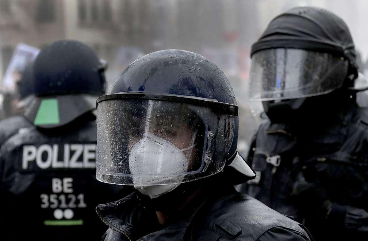 Bei den Protesten gegen die Corona-Maßnahmen sind Polizei und Demonstranten aneinander geraten. Foto: AP/Michael Sohn