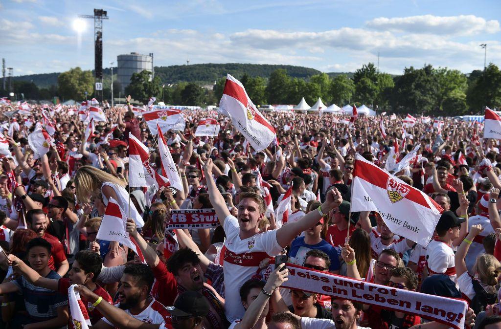 Große Emotionen bei der Aufstiegsfeier der VfB-Fans auf dem Cannstatter Wasen. Foto: dpa