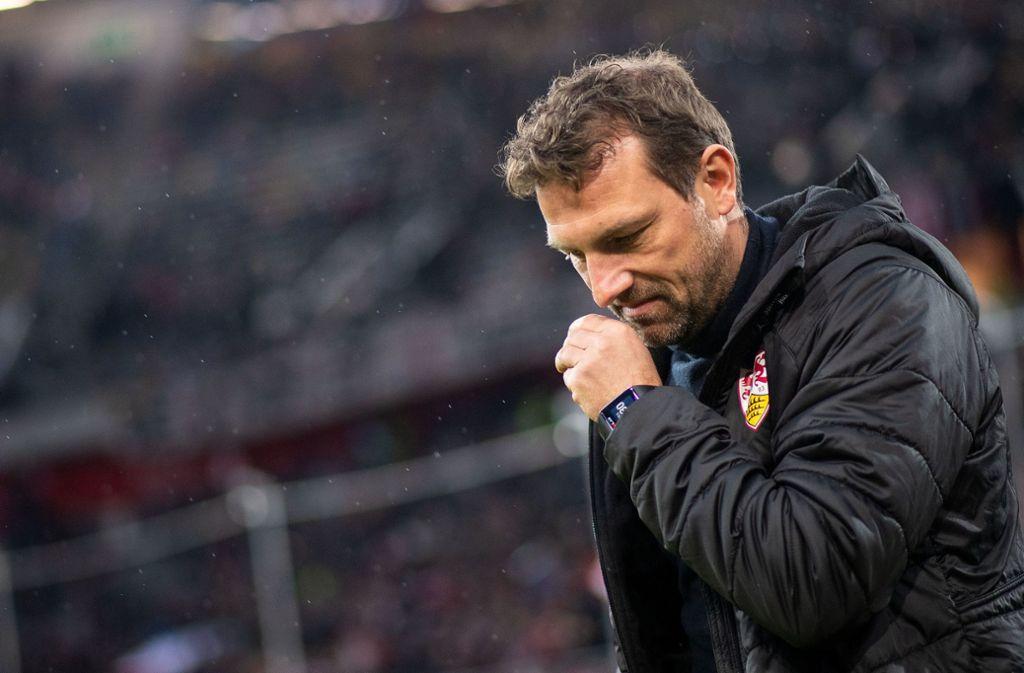 VfB-Trainer Markus Weinzierl wirkte nach dem 0:3 in Düsseldorf extrem angeschlagen. Foto: dpa