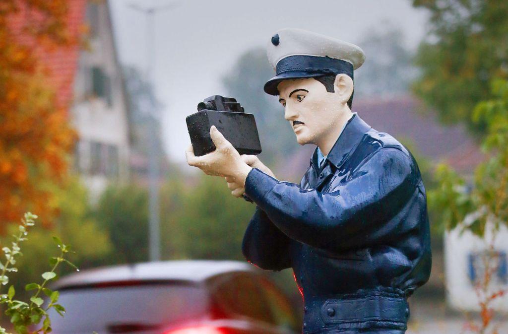 Der namenlose Polizei-Kamerad von Ebersbach-Musbach hat vorerst nichts zu befürchten, er darf an der Straße stehen bleiben. Foto: dpa