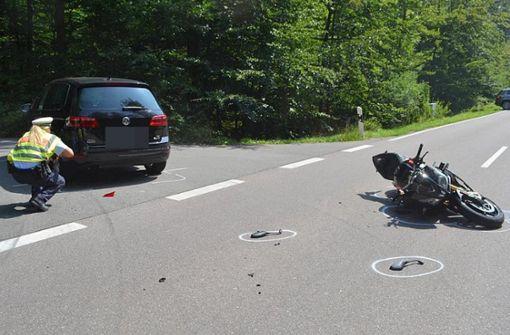 Motorradfahrer prallt auf Auto und stürzt auf Fahrbahn