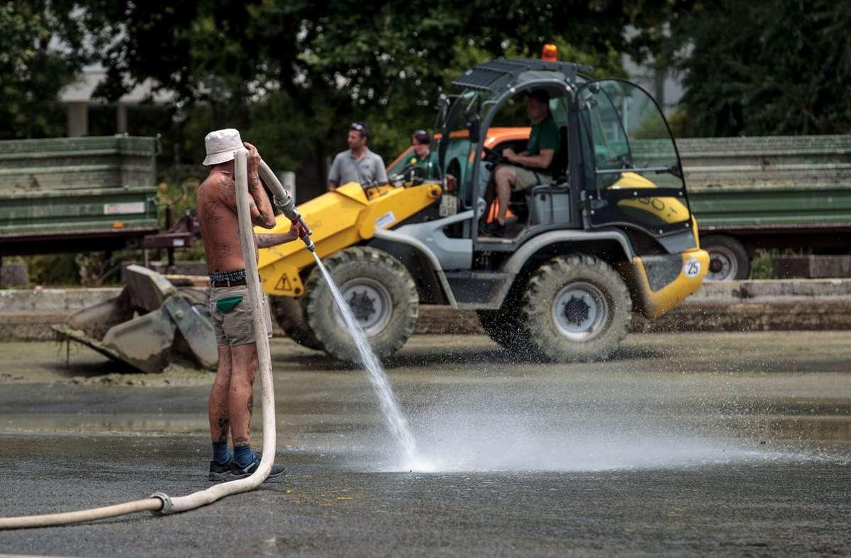 Am Dienstag hat die Reinigung des seit Wochen verdreckten und stinkenden Eckensees begonnen. Foto: Leif Piechowski