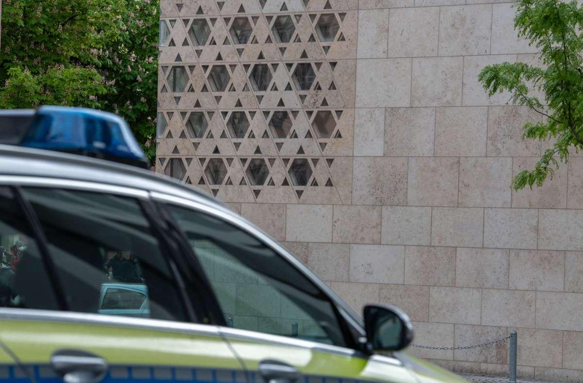 Ein Polizeiauto vor der Ulmer Synagoge nach dem Brandanschlag Foto: dpa/Stefan Puchner