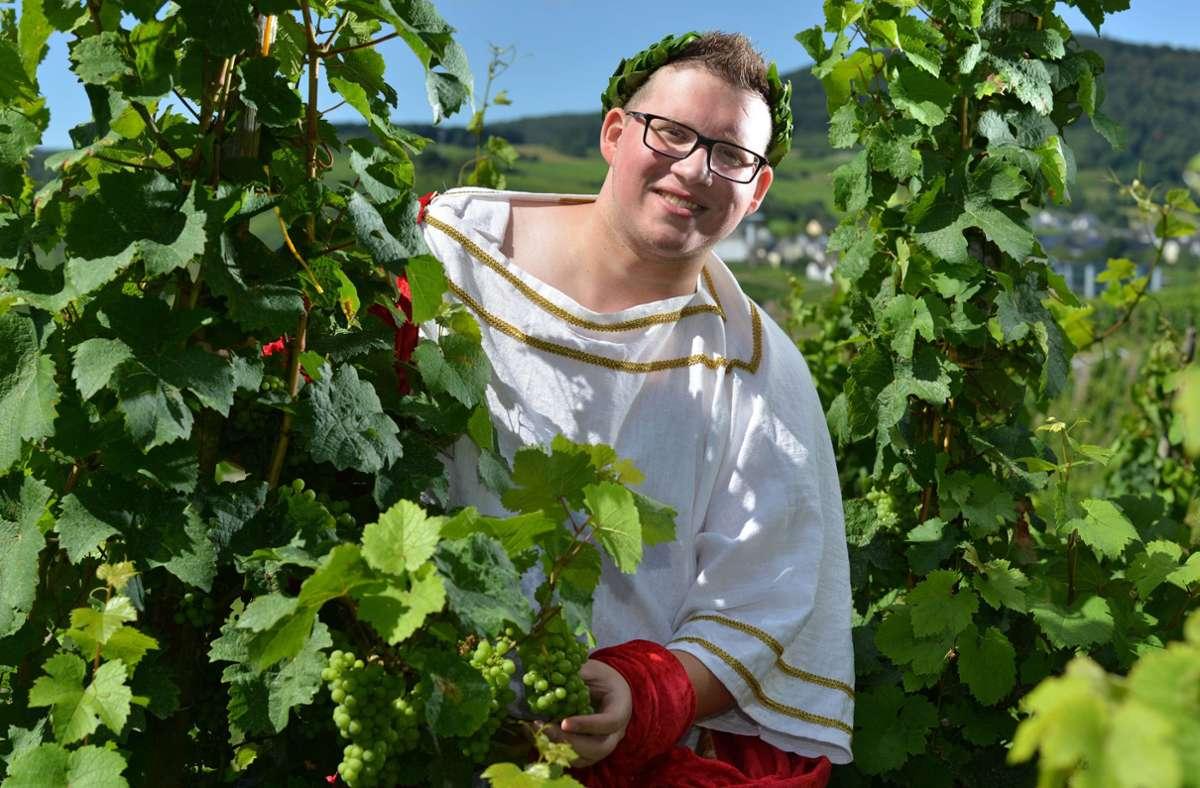 Es gab bisher nur einen Weinkönig: Sven Finke wurde im Jahr 2016 in Kesten an der Mosel zum Bacchus. Foto: dpa/Harald Tittel
