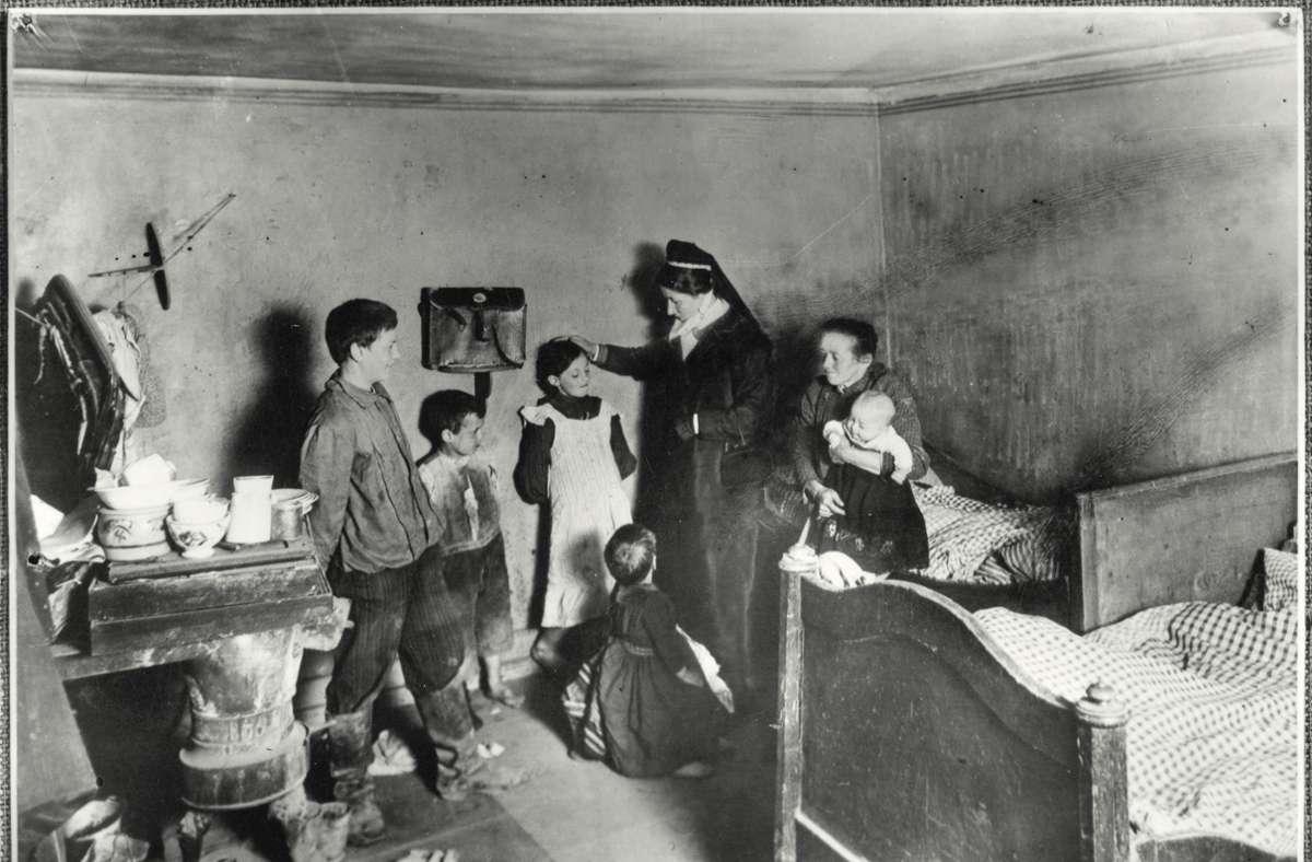 Fürsorgerin beim Hausbesuch, um 1910 Foto: © Stadtarchiv Stuttgart