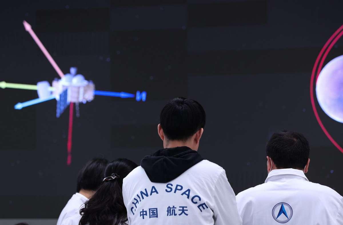 Technisches Personal verfolgt  im Pekinger Raumfahrtkontrollzentrum die Landung von Chinas erstem  Lander mit Mars-Rover. Foto: Jin Liwang/XinHua/dpa