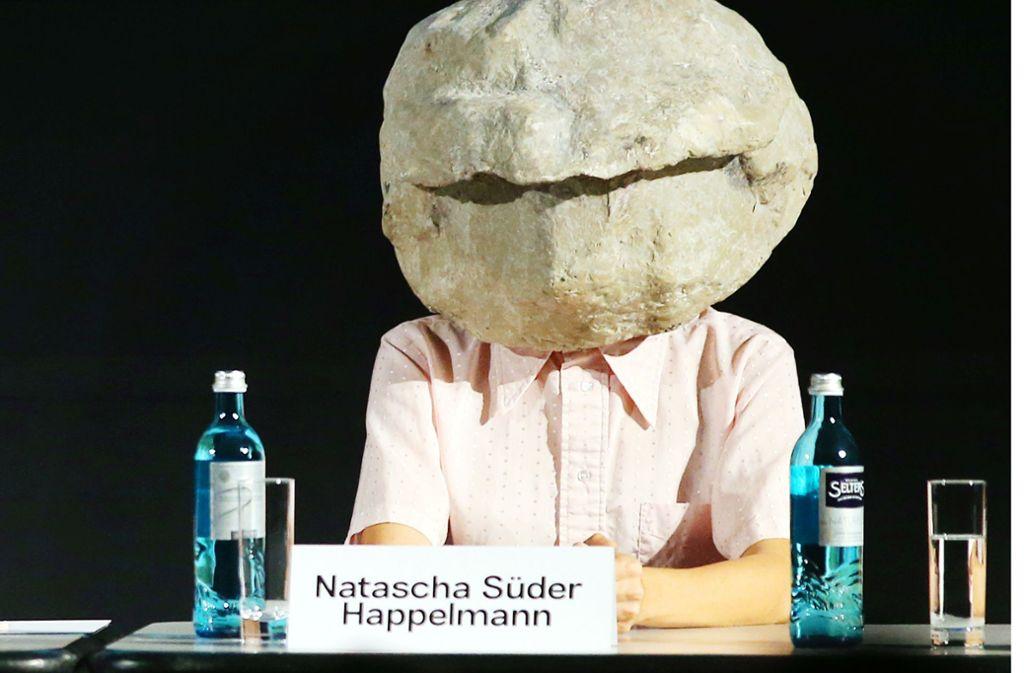Versteinerte Miene: So tritt Natascha Süder Happelmann, die in Venedig den Deutschen Pavillon bespielt, in der Öffentlichkeit auf. Foto: picture alliance/dpa