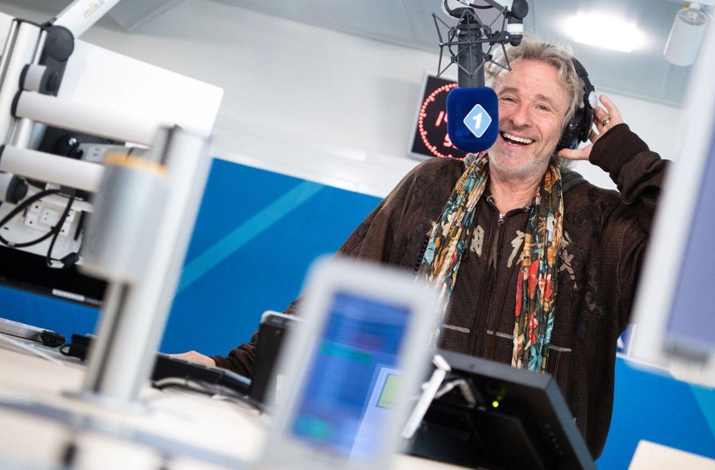 Moderator Thomas Gottschalk steht beim Bayerischen Rundfunk in einem Radio-Studio. Foto: dpa/Matthias Balk