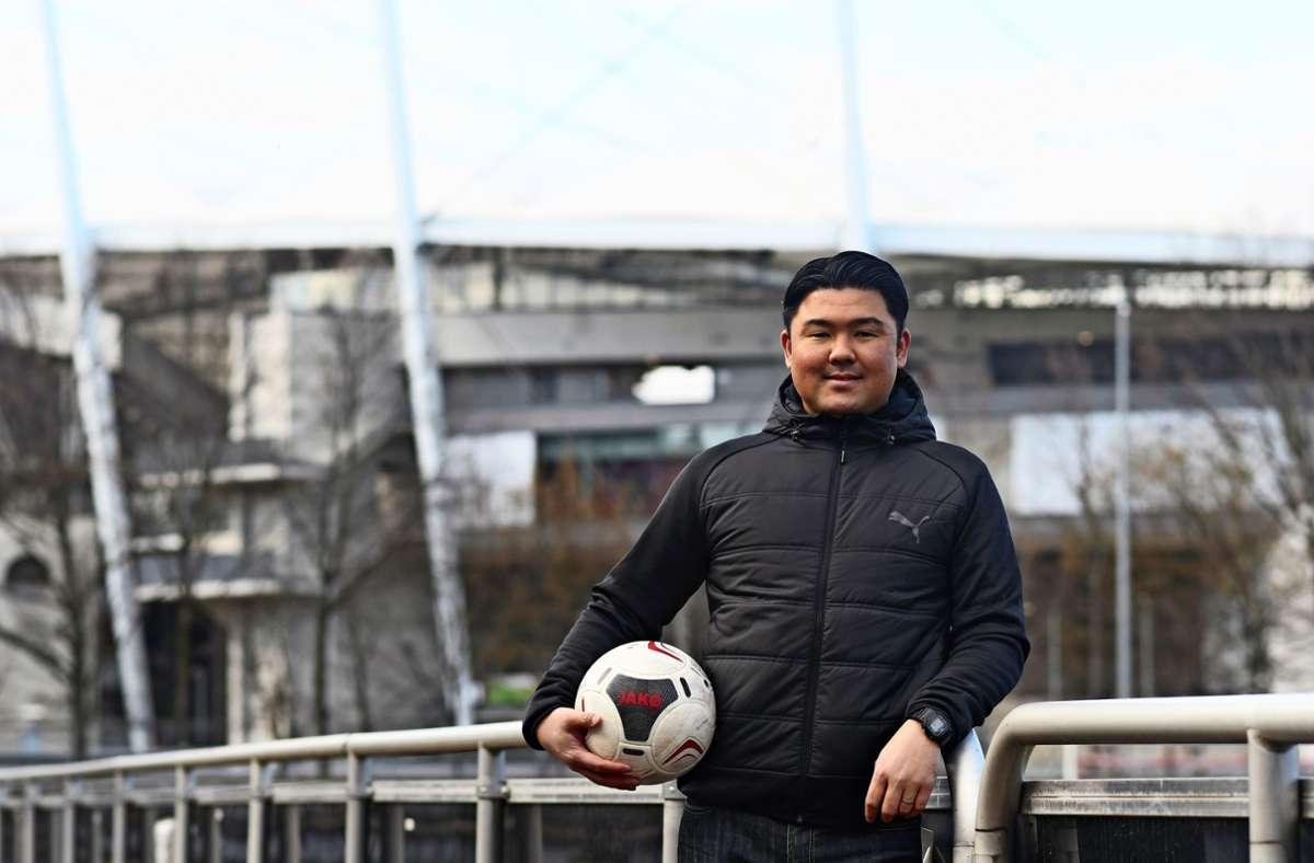 Yusaburo Matsuoka, früher Tormann beim SV Fellbach, ist nun mit dem Fußball auf dem Trainingsgelände des VfB Stuttgart beschäftigt. Foto: Maximilian Hamm