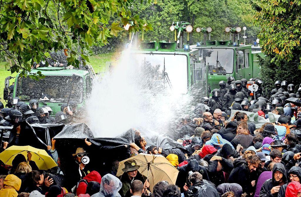 """Der Wasserwerfereinsatz bei der Parkräumung – für Mappus  ist der S-21-Widerstand """"ein Rätsel"""" Foto: dpa, Pressecompany"""