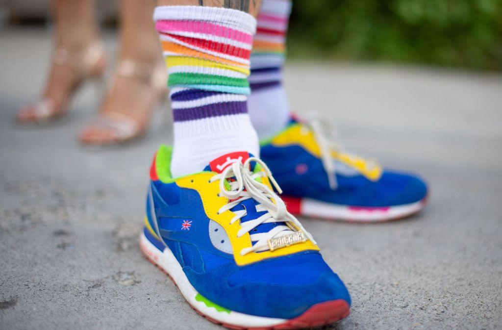 Sneakers sind schon seit Jahren angesagt – hier ein  Modell gesehen auf der Fashion Week in Berlin. Foto: dpa
