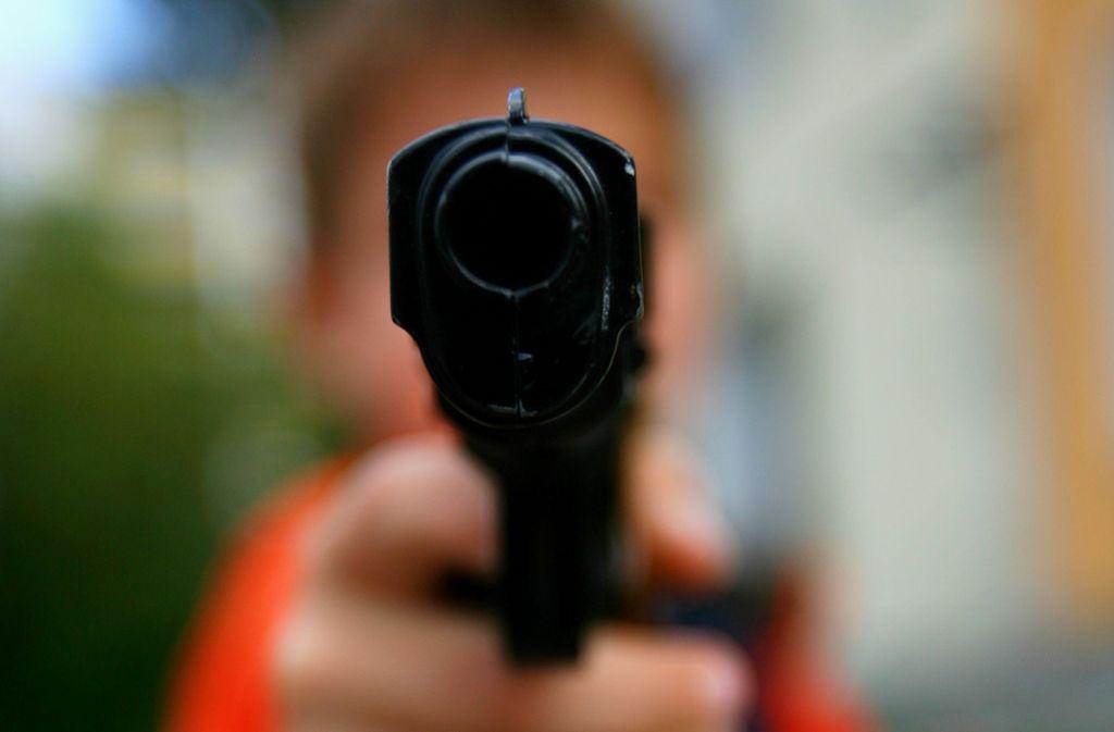 Mit einer Spielzeugwaffe hat ein 37-Jähriger in Bietigheim einen Passanten bedroht. Foto: dpa