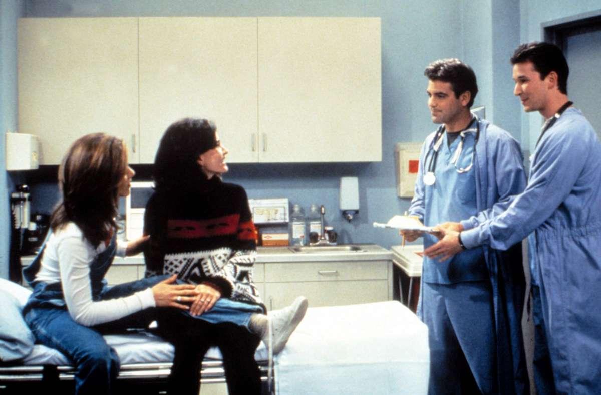 """Als """"Friends"""" auf """"Emergency Room"""" traf: Rachel und Monica in der Notaufnahme von Dr. Ross und Dr. Carter. Foto: imago images/Everett Collection/NBC"""