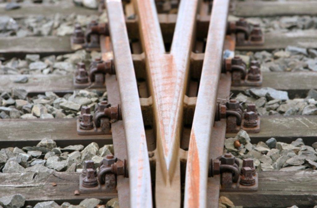 Das hätte böse enden können: Am Dienstagabend gerät ein 18-Jähriger mit seinem Auto in Remseck am Neckar auf die Gleise der Stadtbahn, der Wagen rutscht meterweit. Alle vier Insassen kommen mit dem Schrecken davon. Foto: dpa