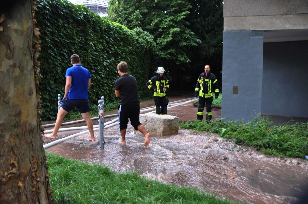 Feuerwehr und Polizei haben am Mittwochvormittag wegen eines Wasserrohrbruchs zum Max-Kade-Haus in der Nähe der Liederhalle in Stuttgart-Mitte ausrücken müssen. Foto: Andreas Rosar Fotoagentur-Stuttgart
