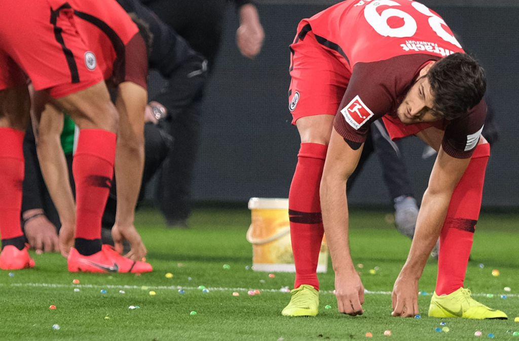 """""""Oster-Aufräumaktion"""" in Wolfsburg: Die Eintracht-Fans warfen Gummieier aufs Spielfeld. Foto: dpa"""