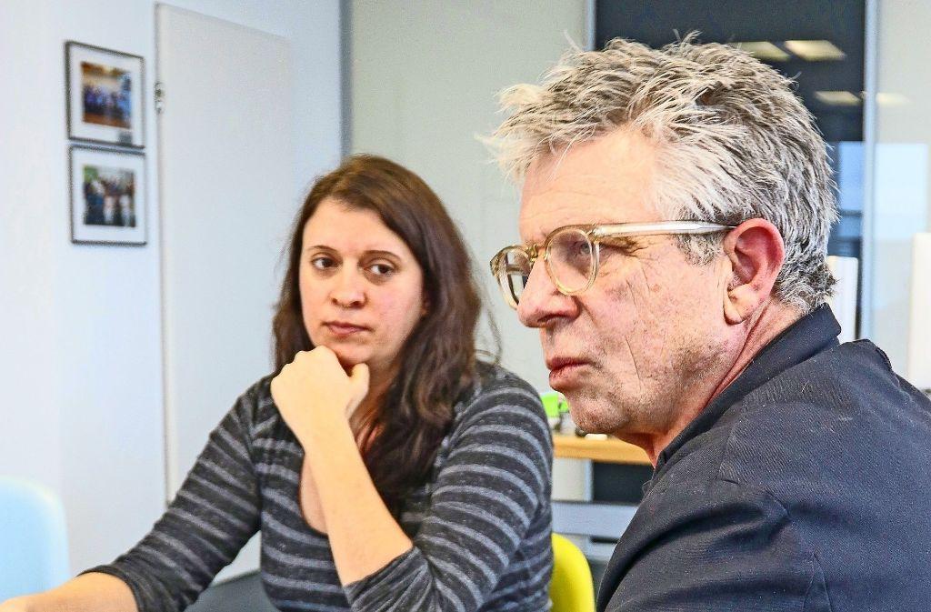 An einem Tisch, aber nicht immer einer Meinung: die Betriebsrätin Nadja Schmidt und der Kliniken-Chef Jörg Martin im Doppelinterview. Foto: factum/Granville