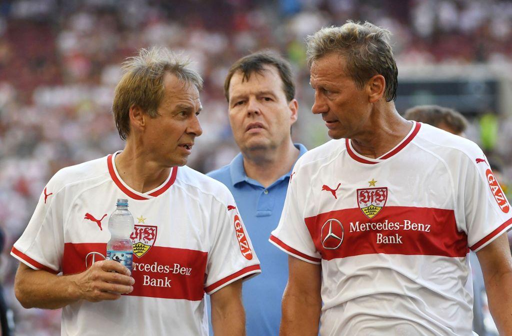 Jürgen Klinsmann (links) und Guido Buchwald bei einem Kick der Traditionself des VfB. Foto: dpa