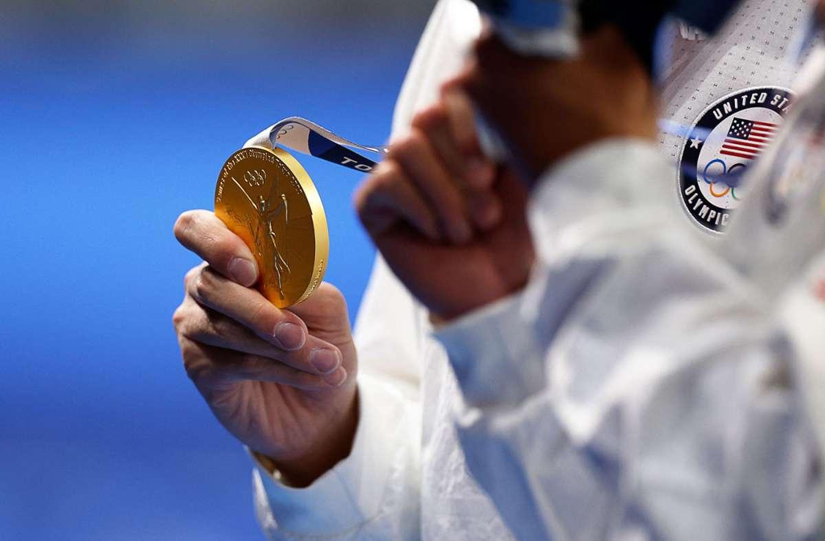Nach der 4 x 100-Meter-Freistilstaffel der Frauen und den 400 Meter Lagen der Männer hatten Sportler teilweise keine Maske getragen und sich umarmt. Foto: AFP/ODD ANDERSEN