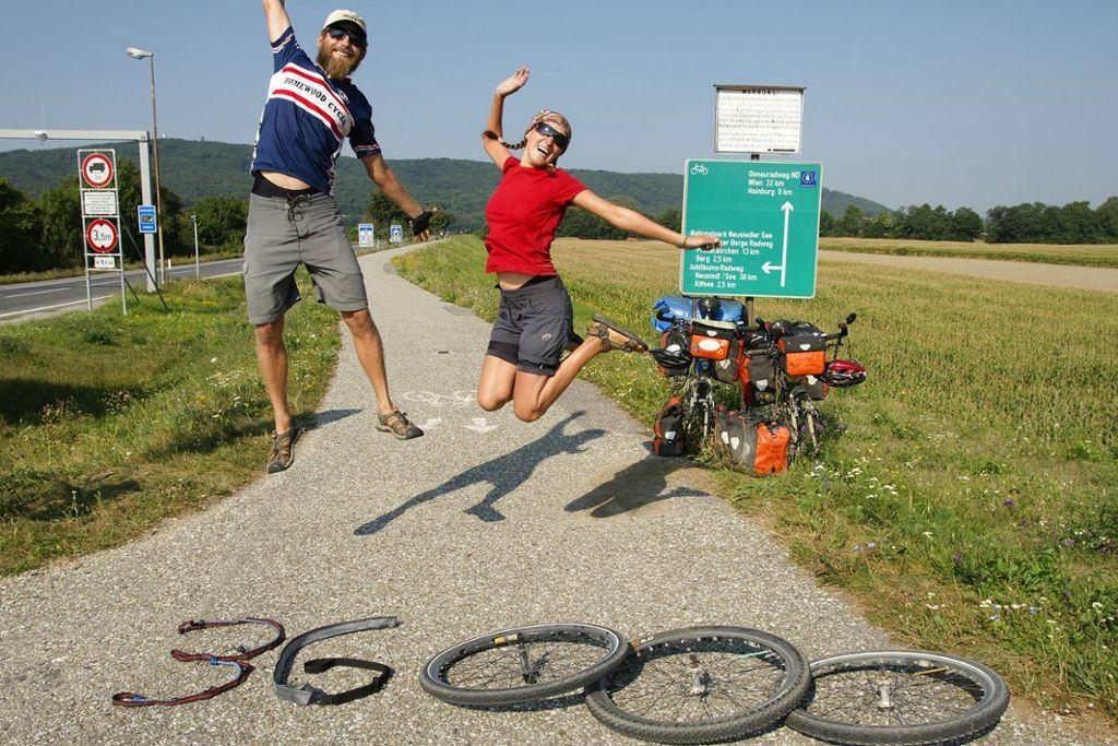 Geschafft! Jubel bei Kilometer 36.000. Als Anita Burgholzerund Andreas Hübl schließlich in Österreich ankommen, waren die beiden 844 Tage unterwegs, haben 35 Länder durchquert und 36.412 Kilometerzurückgelegt. Foto: www.nandita.at
