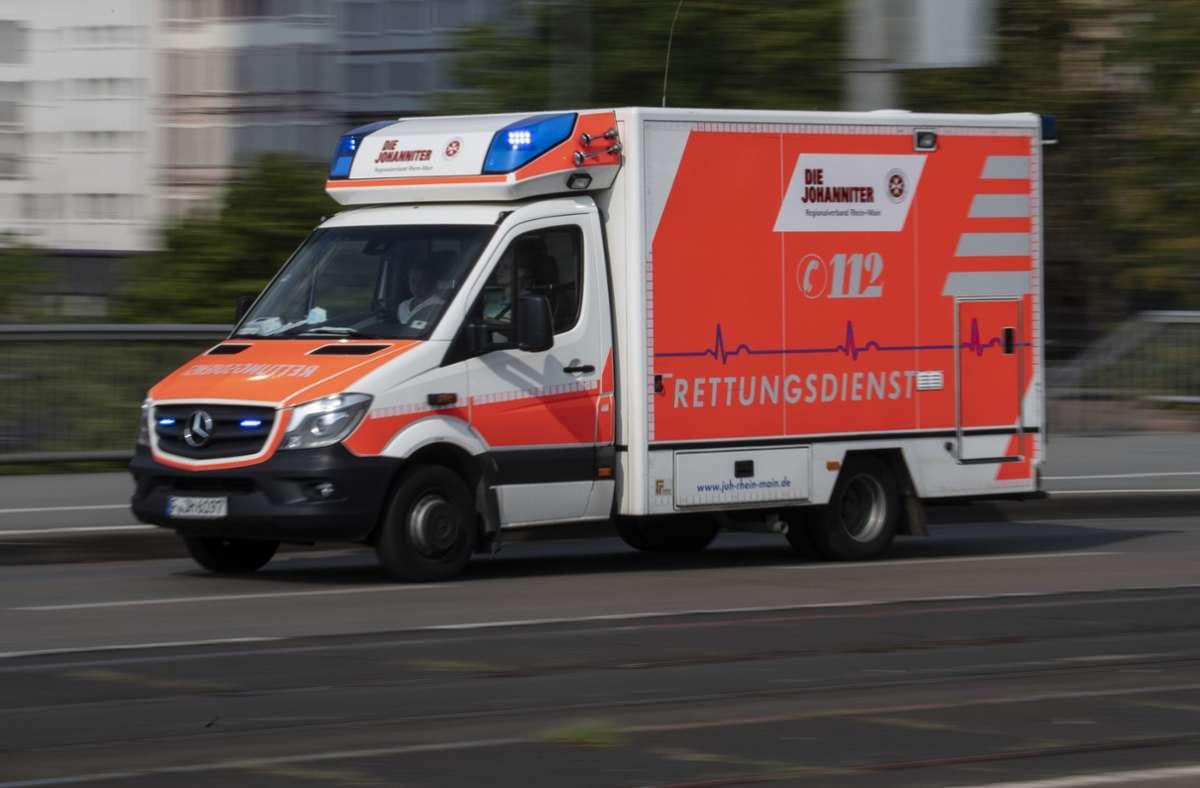 Die 74-jährige Pedelec-Fahrerin wurde nach dem Unfall vom Rettungsdienst in eine Klinik gebracht (Symbolbild). Foto: picture alliance/dpa/Boris Roessler