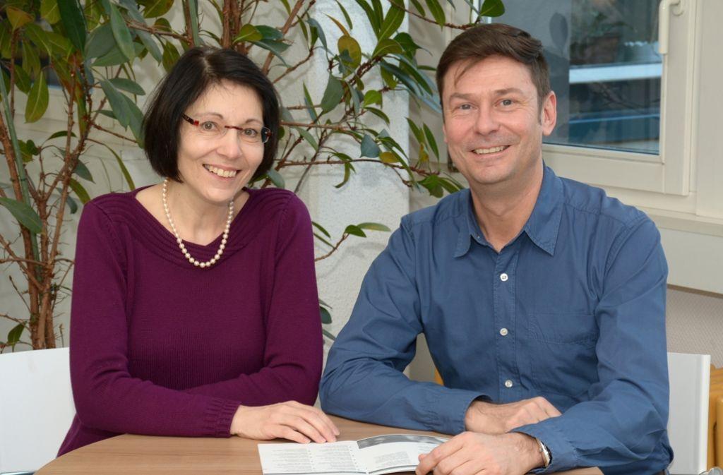 Die Demenzfachberater Monika Amann und Thomas Herrmann wollen über die Krankheit und den Umgang mit Betroffenen aufklären. Foto: Landratsamt