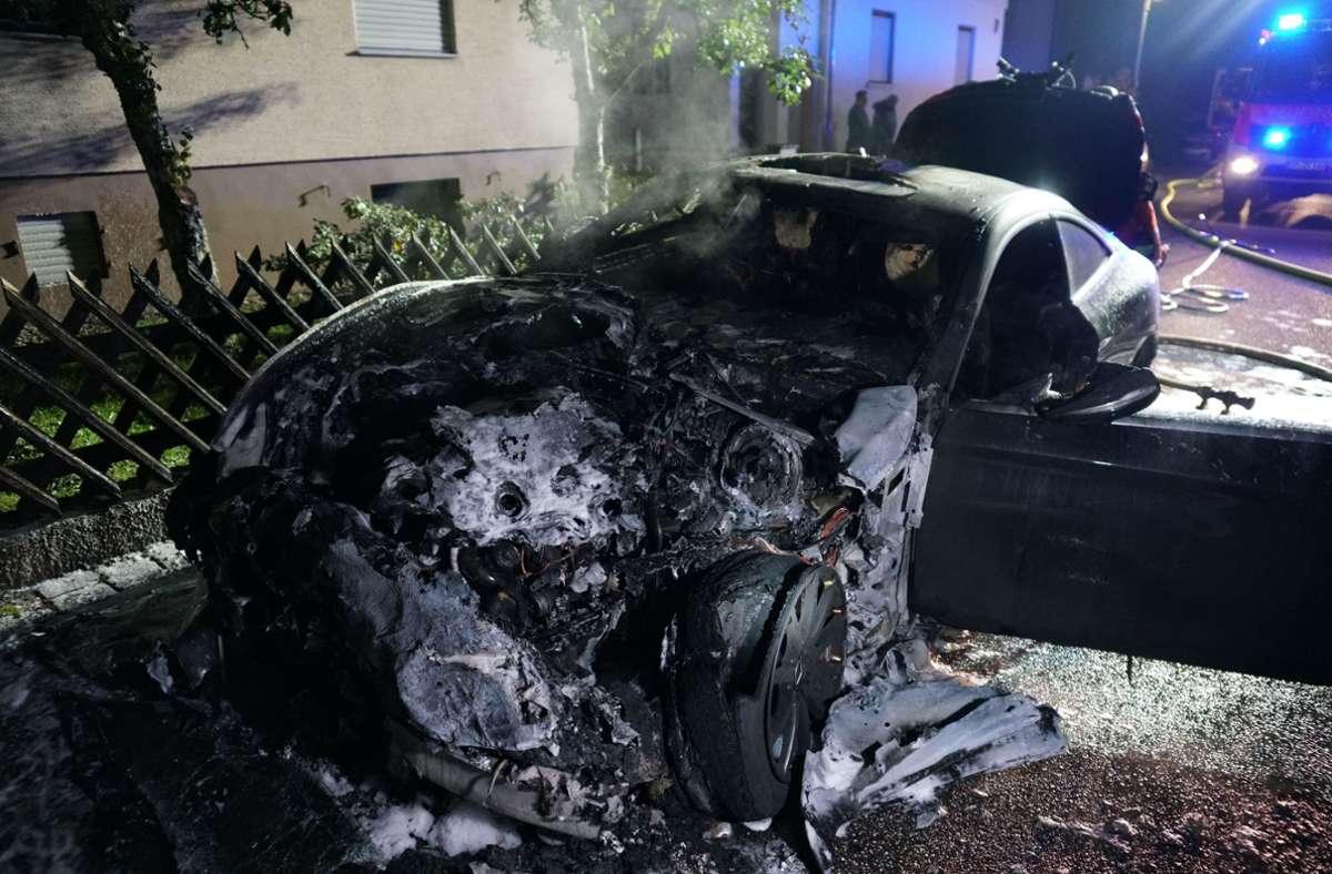 Der Mercedes ging in Uhingen in Flammen auf. Foto: SDMG/Woelfl
