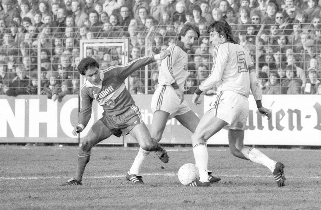 Ilyas Tüfekci (VfB Stuttgart, li.) im Spiel gegen den VfL Osnabrück im DFB-Pokal  in der Saison 1980/81. Foto: imago sportfotodienst/imago sportfotodienst
