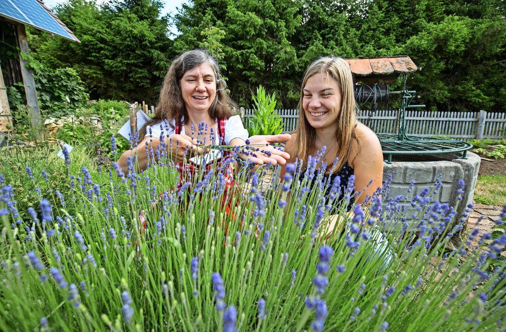 Evi Kletti (links) führt einer Besucherin ihren essbaren Lavendel vor. Foto: Michael Steinert