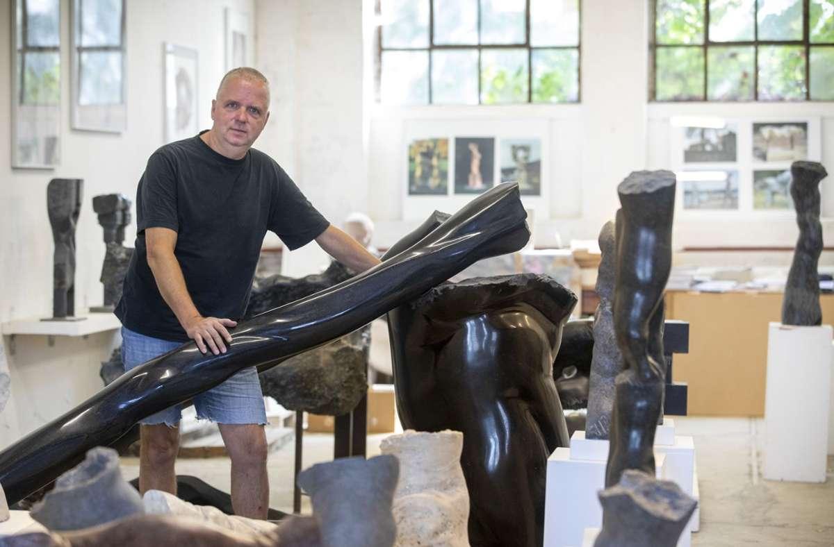 Mit schwarzem Granit arbeitet der Schorndorfer  Bildhauer Christoph Traub am liebsten. Foto: Frank Eppler