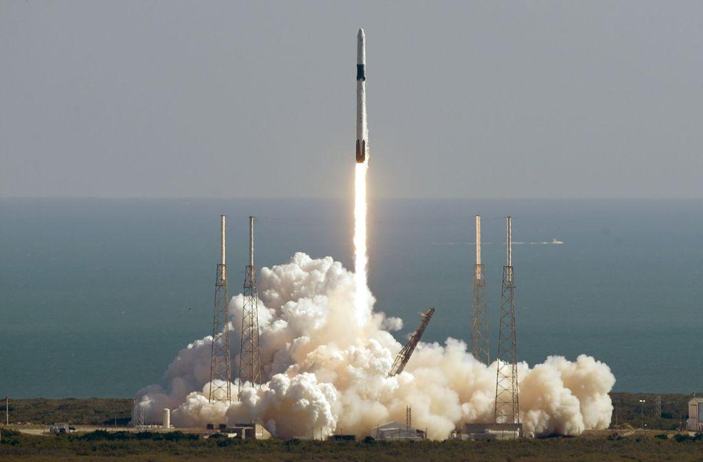 Die Falcon-9-Rakete beim Start. Sie ist unter anderem mit genmanipulierten Mäusen beladen. Foto: dpa/John Raoux