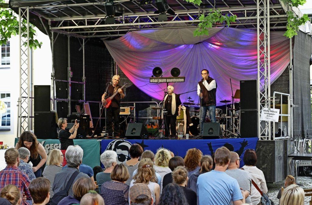 Esther Bejarano und die Microphone Mafia bei ihrem Auftritt im Ehrenhof Foto: factum/Bach