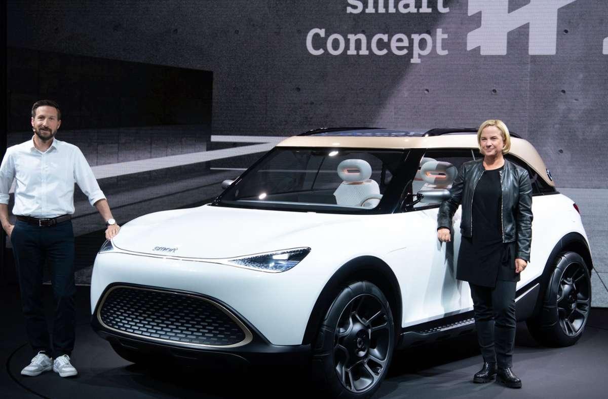 Daimler-Vorstandsmitglied Britta Seeger und Dirk Adelmann, Chef von Smart Europa, präsentieren den Showcar  aus deutsch-chinesischer Gemeinschaftsproduktion. Foto: dpa/Sven Hoppe