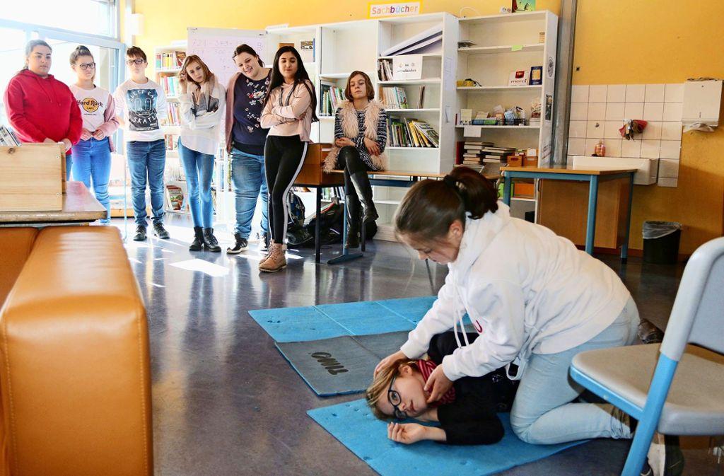 Die stabile Seitenlange: Hier zeigen die Schulsanitäter ihr Können. Foto: Andreas Gorr