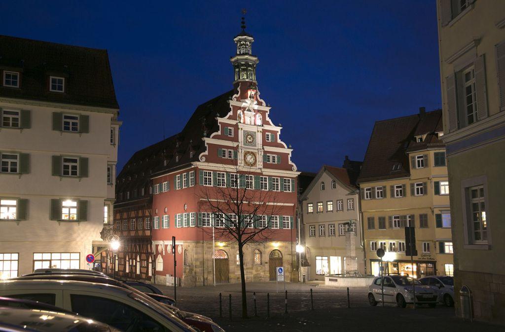 Am Samstag um 20.30 Uhr gehen am Rathaus die Beleuchtungslichter aus. Foto: Horst Rudel