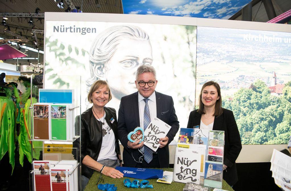 Auch Nürtingen präsentierte sich auf der CMT. Hier besucht der Tourismusminister Guido Wolf den Stand mit Gabriele Frisch (links) und Juliana Kurka vom Amt für Stadtmarketing, Wirtschaft und Tourismus. Foto: Stadt Nürtingen