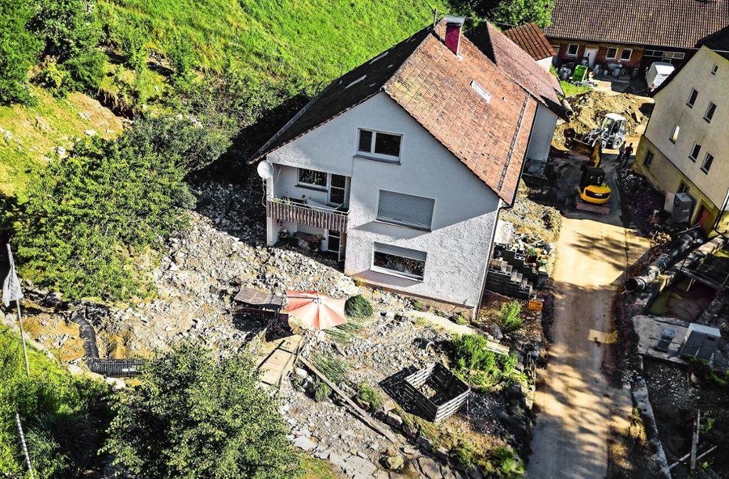 Bild des Schreckens: Ein Wohnhaus ist komplett von Geröll umgeben, vom Garten ist nichts mehr übrig. . Foto: KS-Images.de/Karsten Schmalz