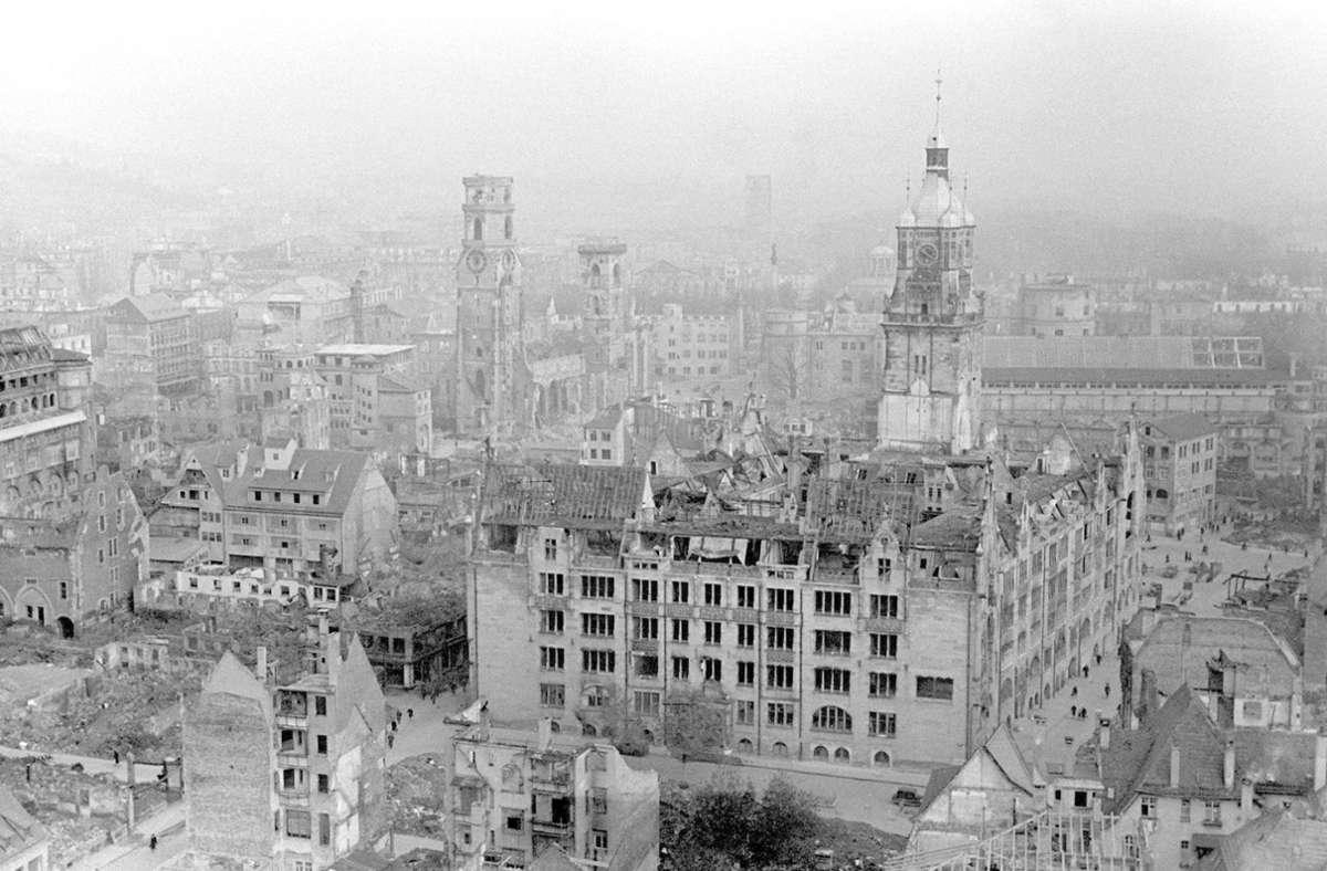 Blick auf die Stiftskirche und das Rathaus im zerstörten Stuttgart nach dem Ende des Zweiten Weltkriegs 1945. Foto: dpa