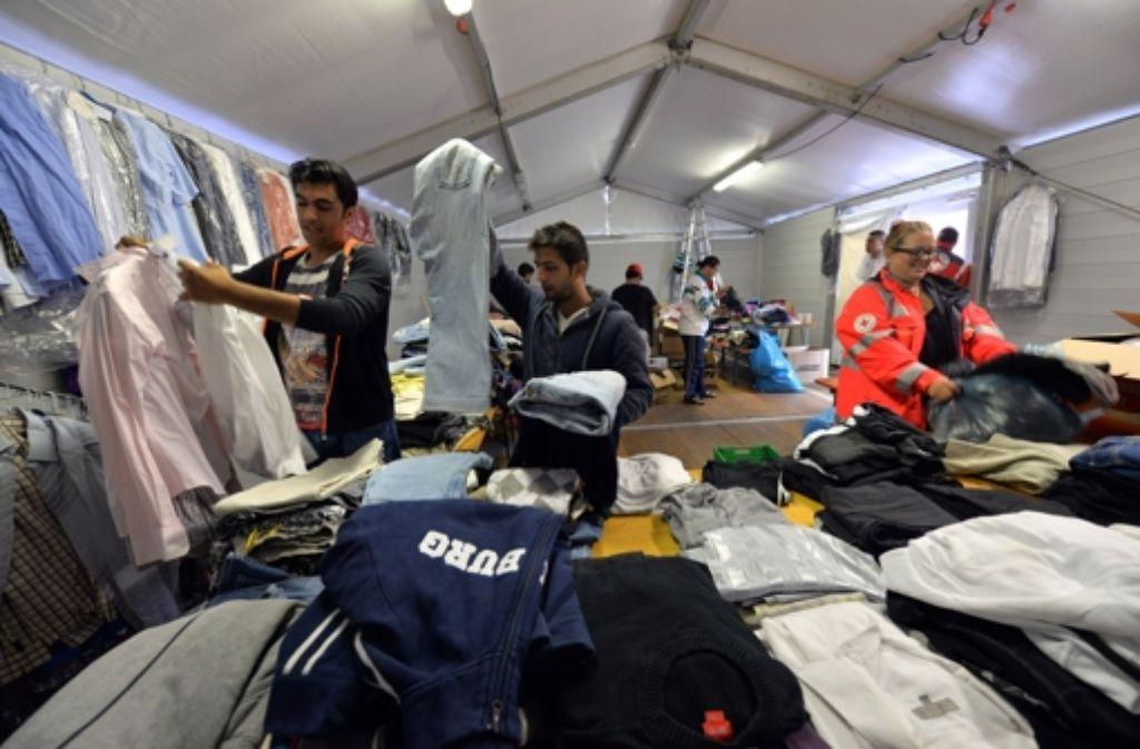 Eine improvisierte Kleiderkammer:  Mit großem Engagement stellen sich die Deutschen der Herausforderung, den vielen Flüchtlingen zu helfen. Foto: dpa
