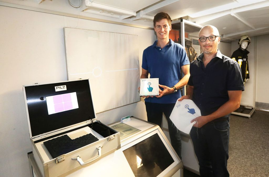 Sebastian Micus und Michael Haupt (rechts) erforschen verschiedene Schaltelemente, die auf Textilien gestickt sind. Foto: