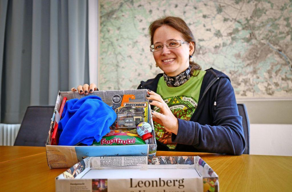 Die LKZ-Redakteurin Kathrin Klette packt auch einen Schuhkarton. Foto: factum/Granville