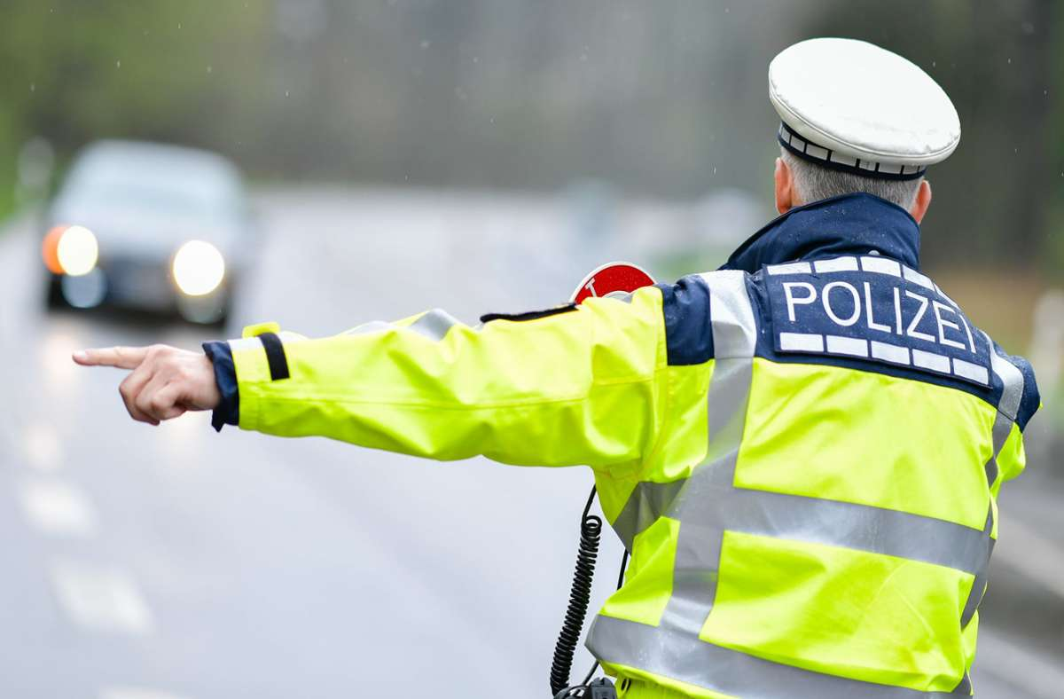 Auf der Autobahn bei Sinsheim hat die Verfolgungsjagd mit der Polizei ein Ende genommen (Symbolfoto). Foto: dpa/Uwe Anspach