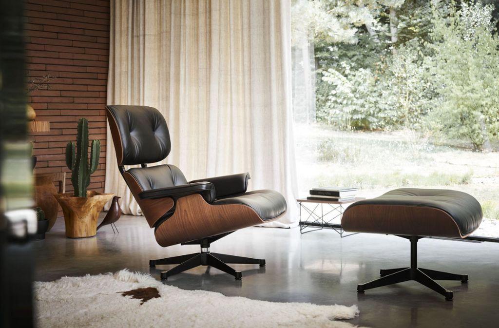 Perfekt für lange Lesenachmittage. Die US-Designer Charles und Ray  Eames entwarfen den heute von Vitra produzierten Lounge Chair & Ottoman im Jahr 1956. Rätselfragen zu diesem und anderen Klassikern der Gestaltung finden sich in der Bildergalerie. Foto: Vitra